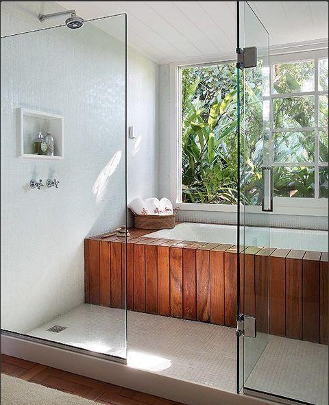 banheiro com banheira estilo spa e janela grande