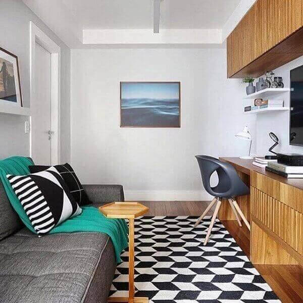 Decoração simples com sofá cinza e tapete.