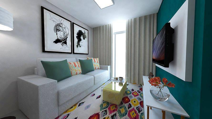 Decoração com tapete colorido, quadros decorados e mesa de centro de vidro.