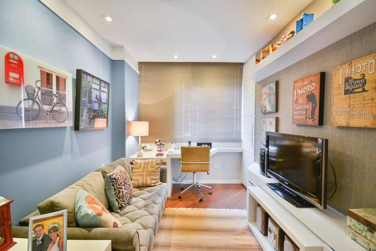 Decoração simples com quadros retrô e sofá cinza.
