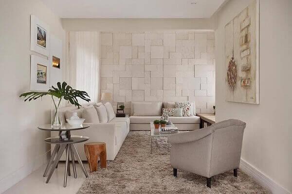 Decoração luxuosa com sofá claro e tapete felpudo.