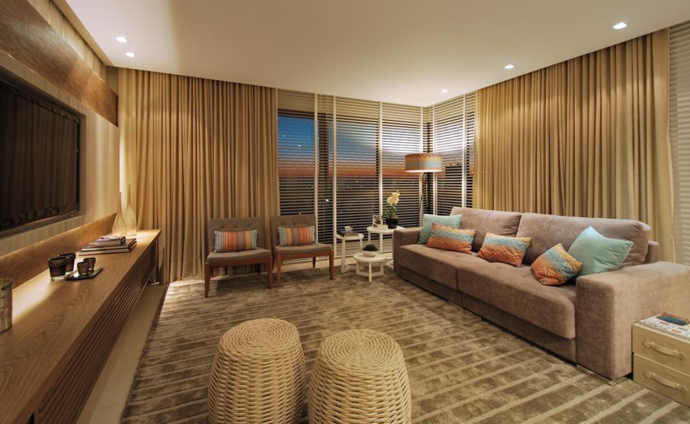 Decoração com sofá bege, caldeiras bege, rack de madeira e cortina bege.
