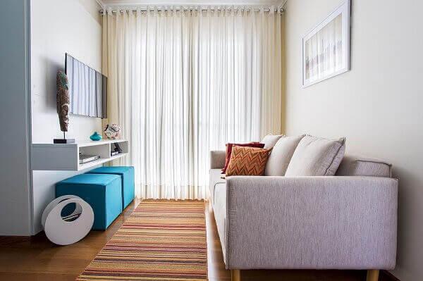Como decorar uma sala simples com sofá cinza.