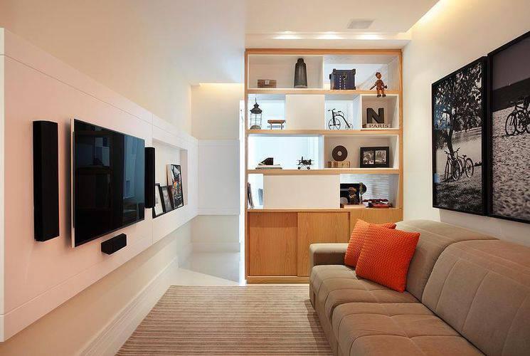 Como decorar uma sala simples com sofá bege.