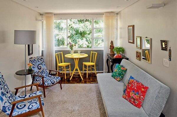 Como decorar uma sala simples com sofá cama e poltronas decoradas.
