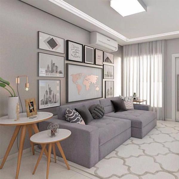 Como decorar uma sala simples com sofá cinza e quadros decorativos.