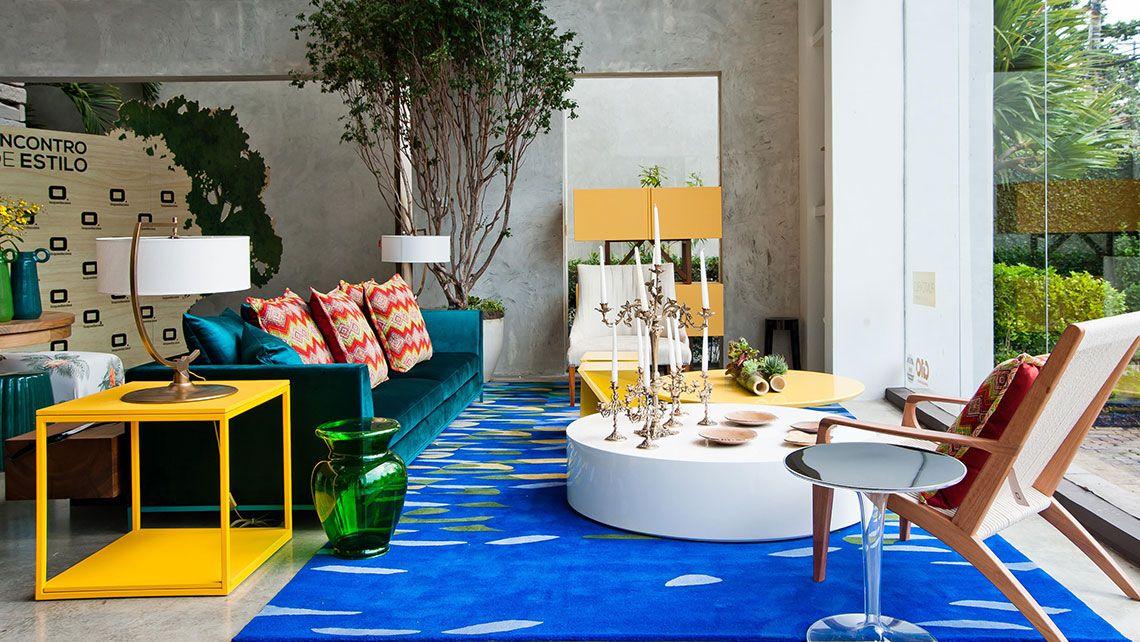 Como decorar uma sala moderna com sofá azul e tapete azul.