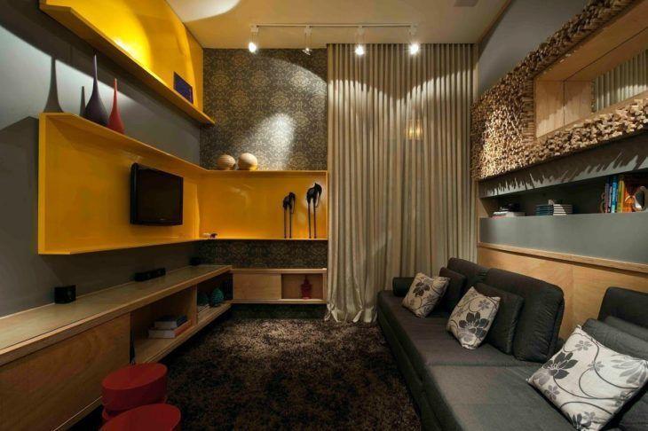 Como decorar uma sala moderna com sofá cinza, painel amarelo e tapete felpudo.