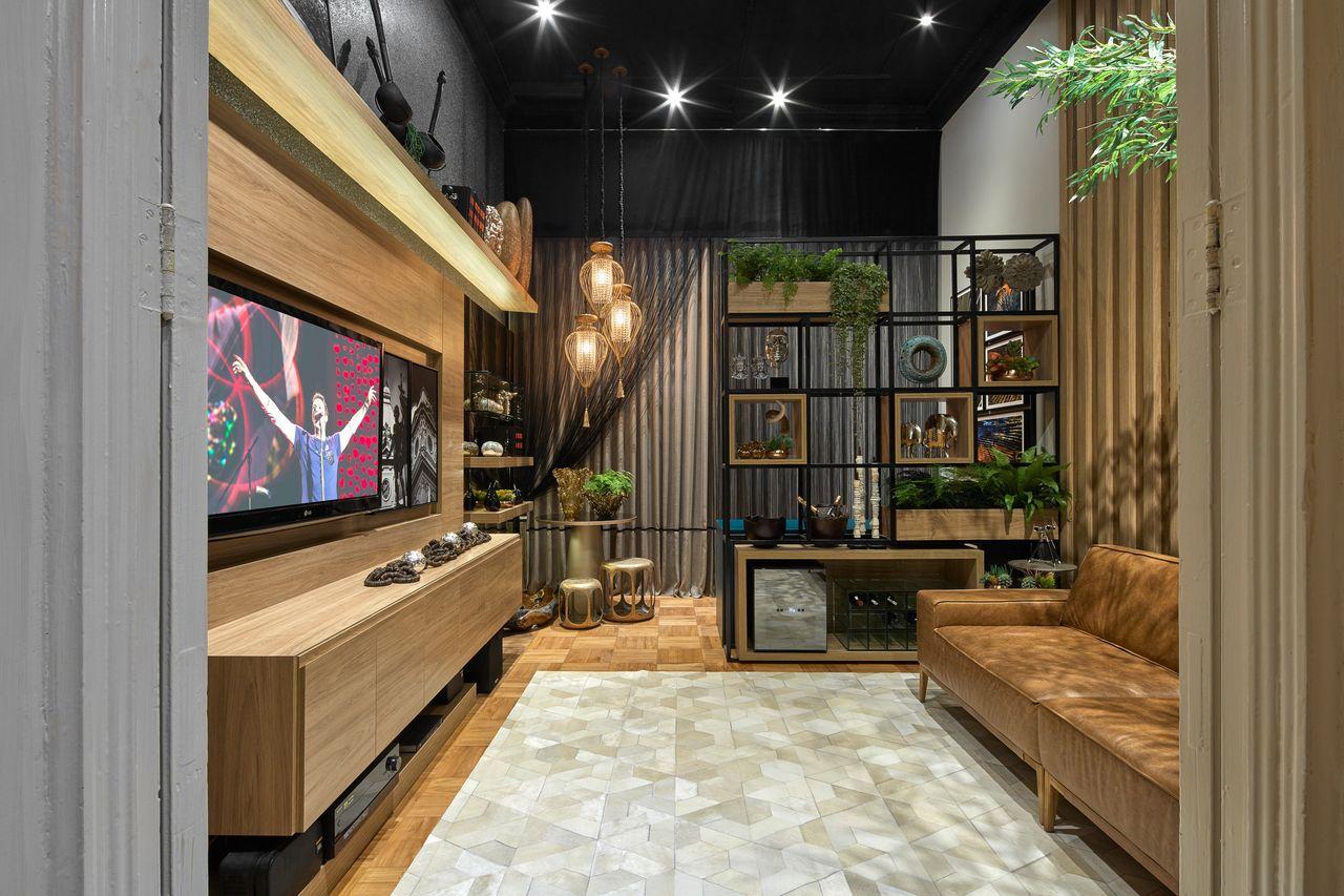 Como decorar uma sala moderna com sofá de couro e rack de madeira.