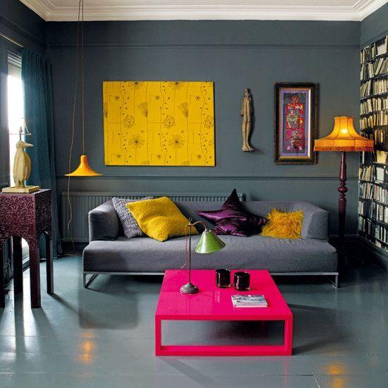 Como decorar uma sala moderna cinza com mesa de centro rosa.