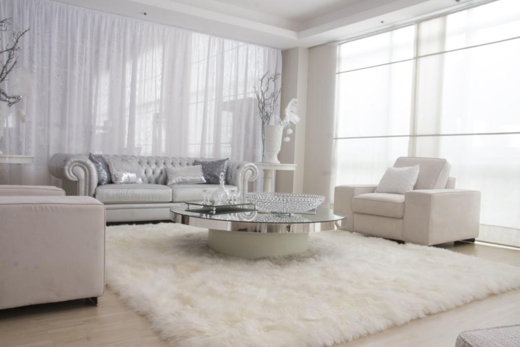 Como decorar uma sala luxuosa e branca com mesa espelhada.