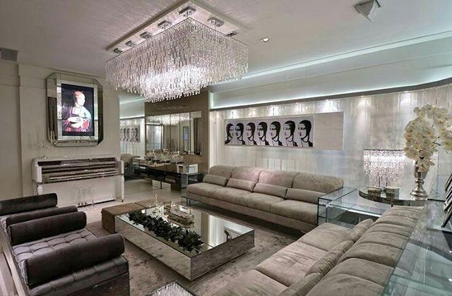Como decorar uma sala luxuosa com decoração cinza, lustre e mesa espelhada.