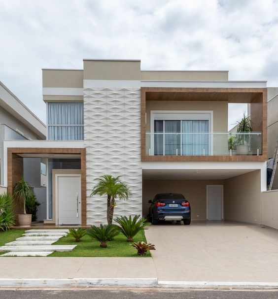 Casa clara com detalhes de madeira e jardim na entrada.