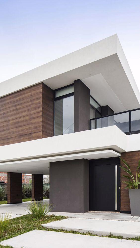 Casa moderna com detalhes cinza e detalhes de madeira.