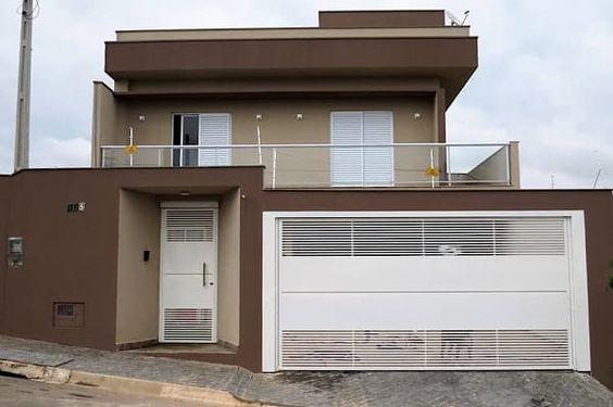 Casa com diferentes tipos de marrom e detalhes brancos.
