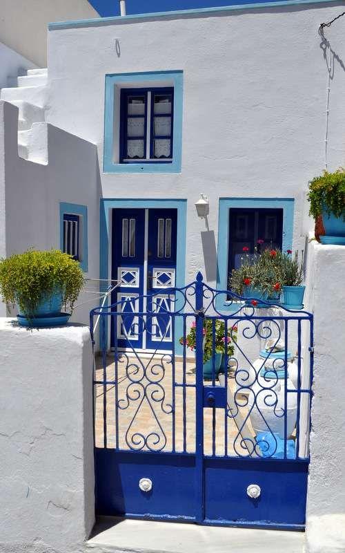 Arquitetura grega branca com detalhes azuis.