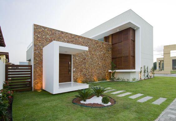 Casa com uma parede inteira com revestimento de pedra.