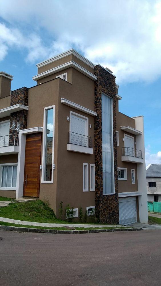 Casa de esquina com detalhes de pedra ferro.