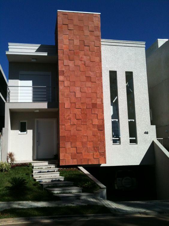 Cores de casas neutras com uma faixa vertical em cor terrosa.