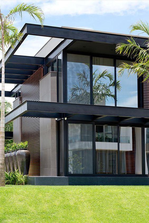 Cores de casas escuras com o uso da madeira.