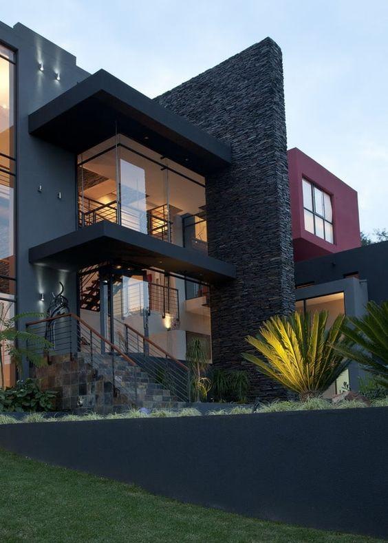 Cores de casas escuras também podem usar revestimento na mesma cor.