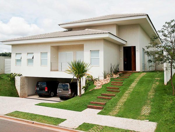 Casa clara com garagem abaixo do nível da rua.