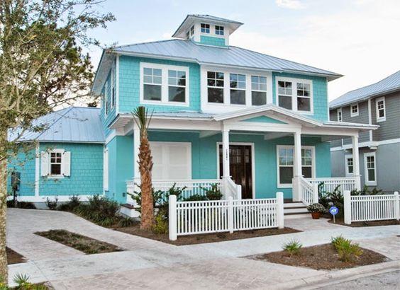 Grande sobrado de arquitetura clássica em azul claro e branco.