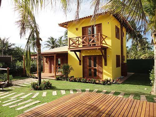 Cores de casas chamativas com revestimento de madeira.