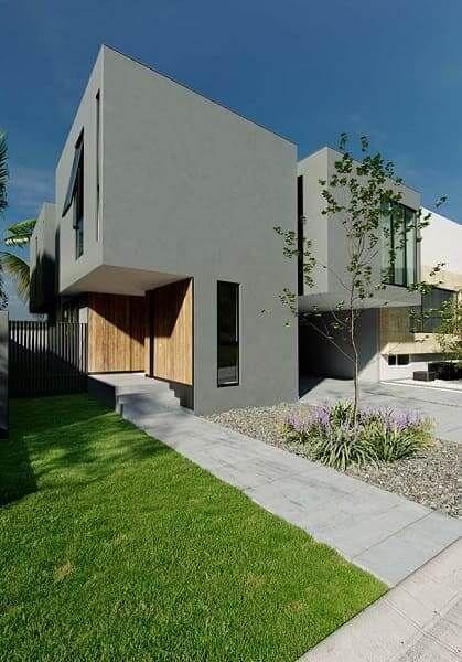 Casa moderna em cinza com detalhes de madeira.