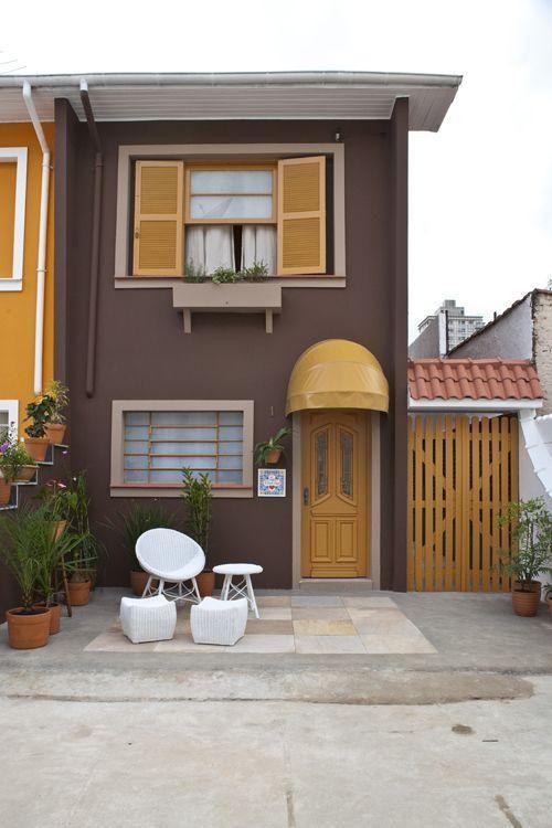Cores de casas coloridas em marrom e amarelo.