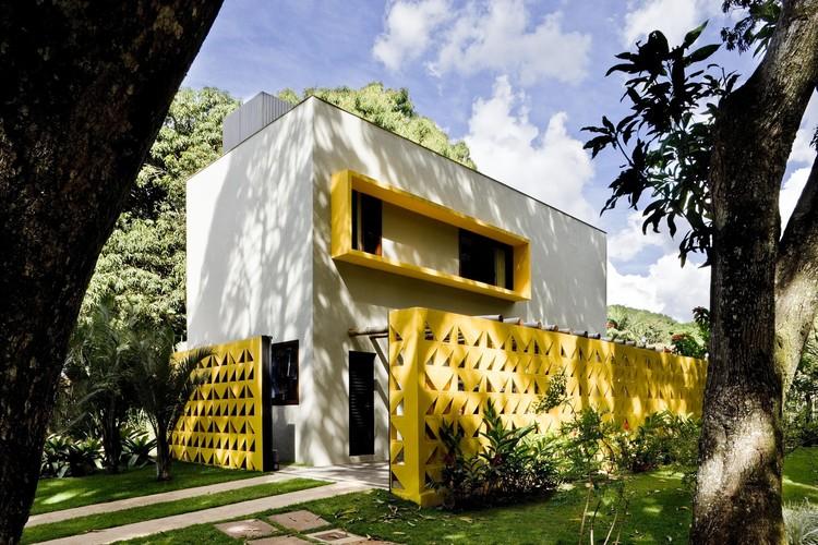 Cores de casas de campo com amarelo e branco.