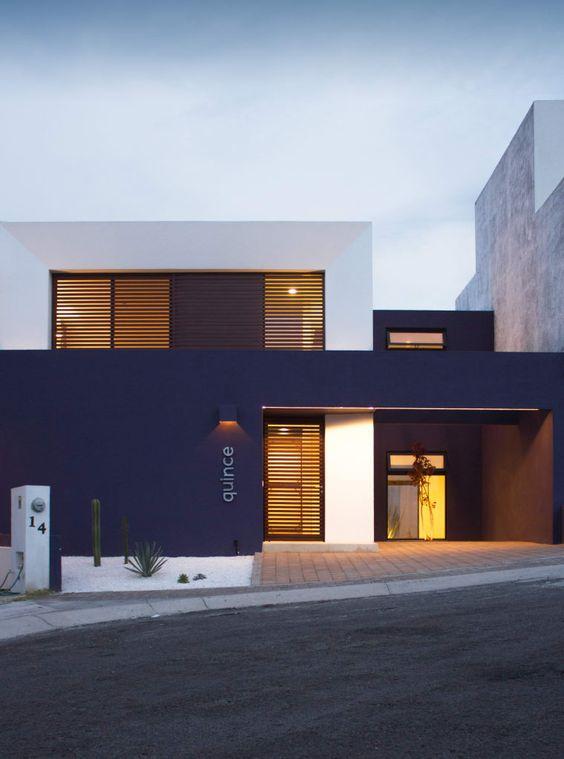 Arquitetura moderna com casa branca e azul marinho.