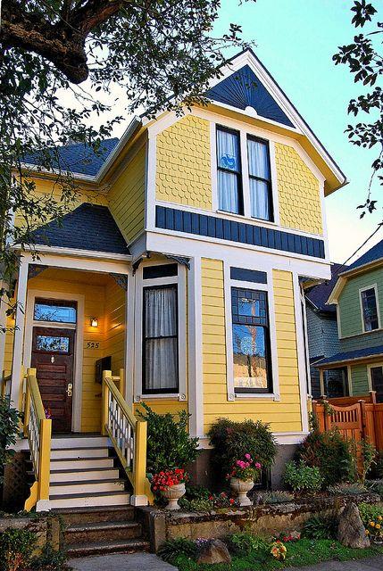 Casa de madeira azul e amarela.