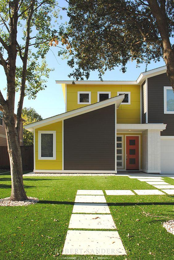 Casa com grande gramado na frente.