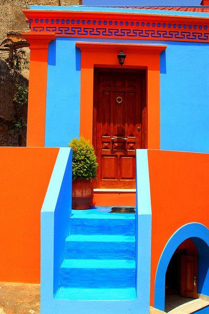Cores de casas chamativas ficam harmoniosas com planejamento.