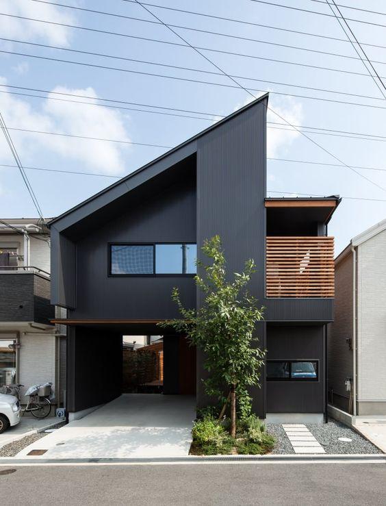 Cores de casas escuram destacam o jardim.
