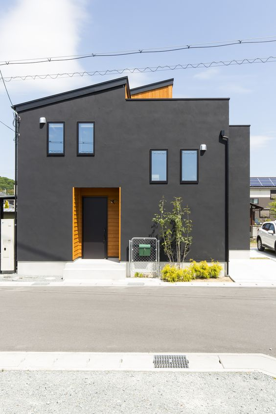 Cores de casas escuras podem ter detalhes de cores vivas, como o amarelo ou laranja.