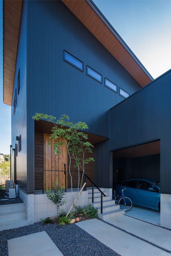Casa de container azul marinho.