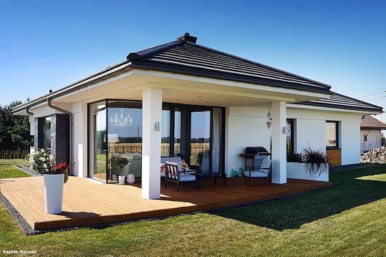 Casa de campo branca com telhado preto.