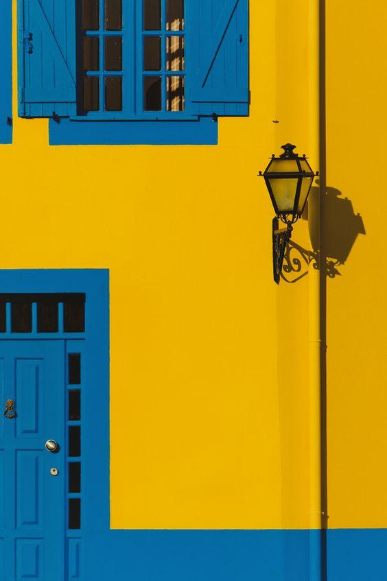 Cores de casas fortes dão vida à fachada.