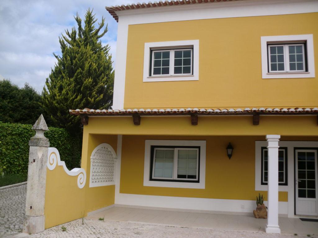 Cores de casas que misturam um tom neutro com uma cor chamativa.