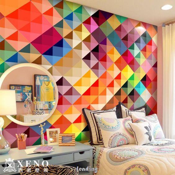 Quarto com papel de parede colorido.