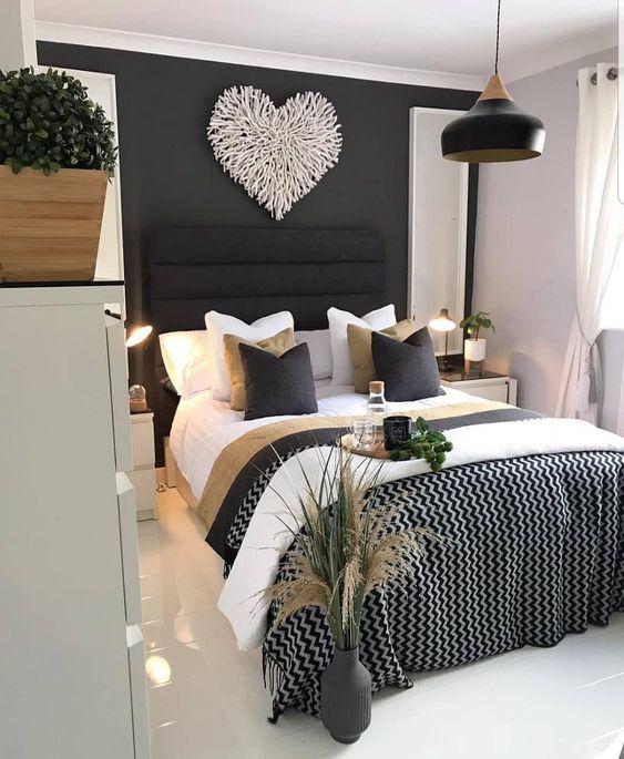 Quarto com parede preta e coração branco.