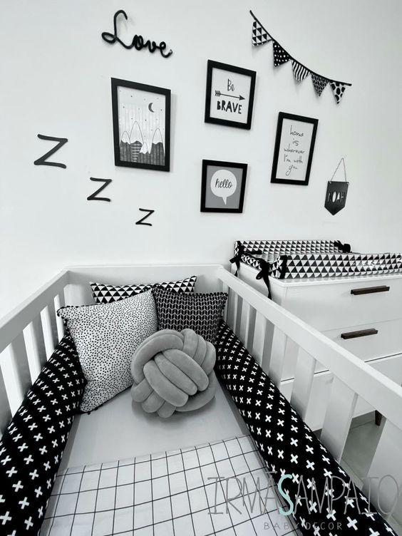 Quarto de bebê preto e branco.