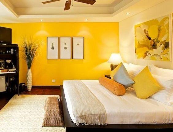 Quarto com apenas uma parede em amarelo destacada.