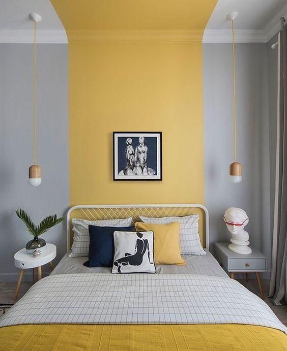 Quarto cinza com faixa amarela da largura da cama de casal.