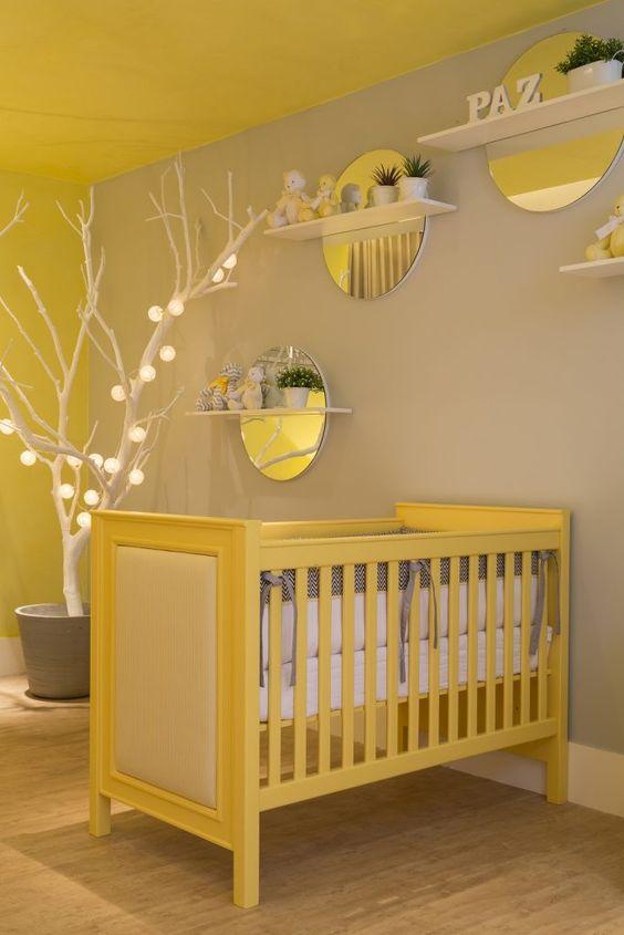 Quarto de bebê com paredes cinza e amarela.