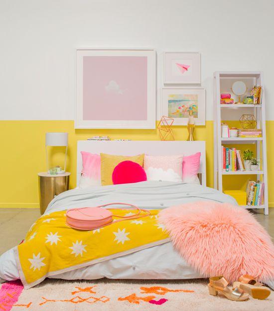 Quarto branco e amarelo com detalhes rosa.