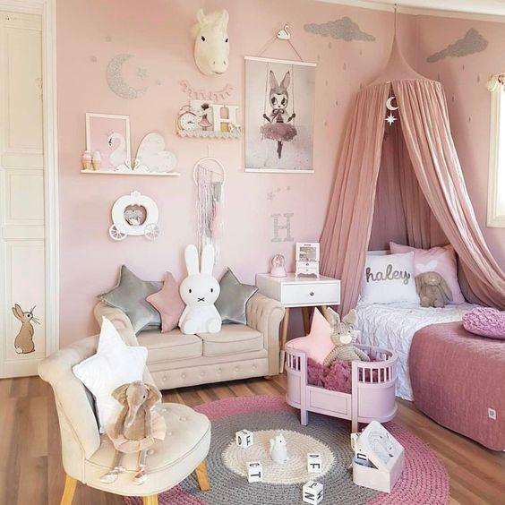 Quarto de menina rosa com muitos artigos decorativos.