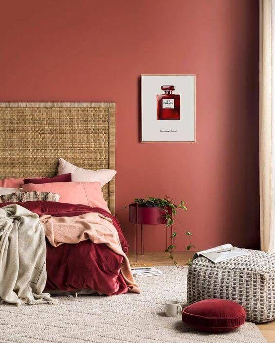 Cores para quarto de casal com artigos decorativos na mesma cor.